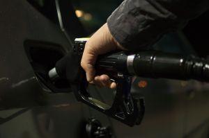 Aterrorizados por la escasez, conductores de Estados Unidos almacenan gasolina en bolsas de plástico y el gobierno incita a no hacerlo