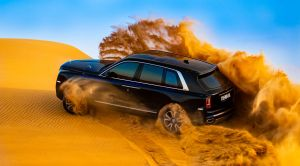 Impresionante video del SUV Rolls-Royce Cullinan atravesando las dunas del desierto