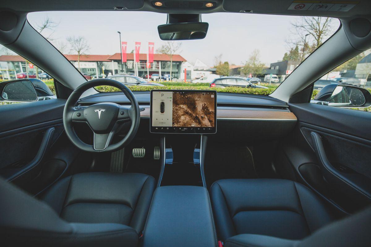 """La versión beta """"Full Self-Driving"""" de Tesla está aquí y luce atemorizante"""