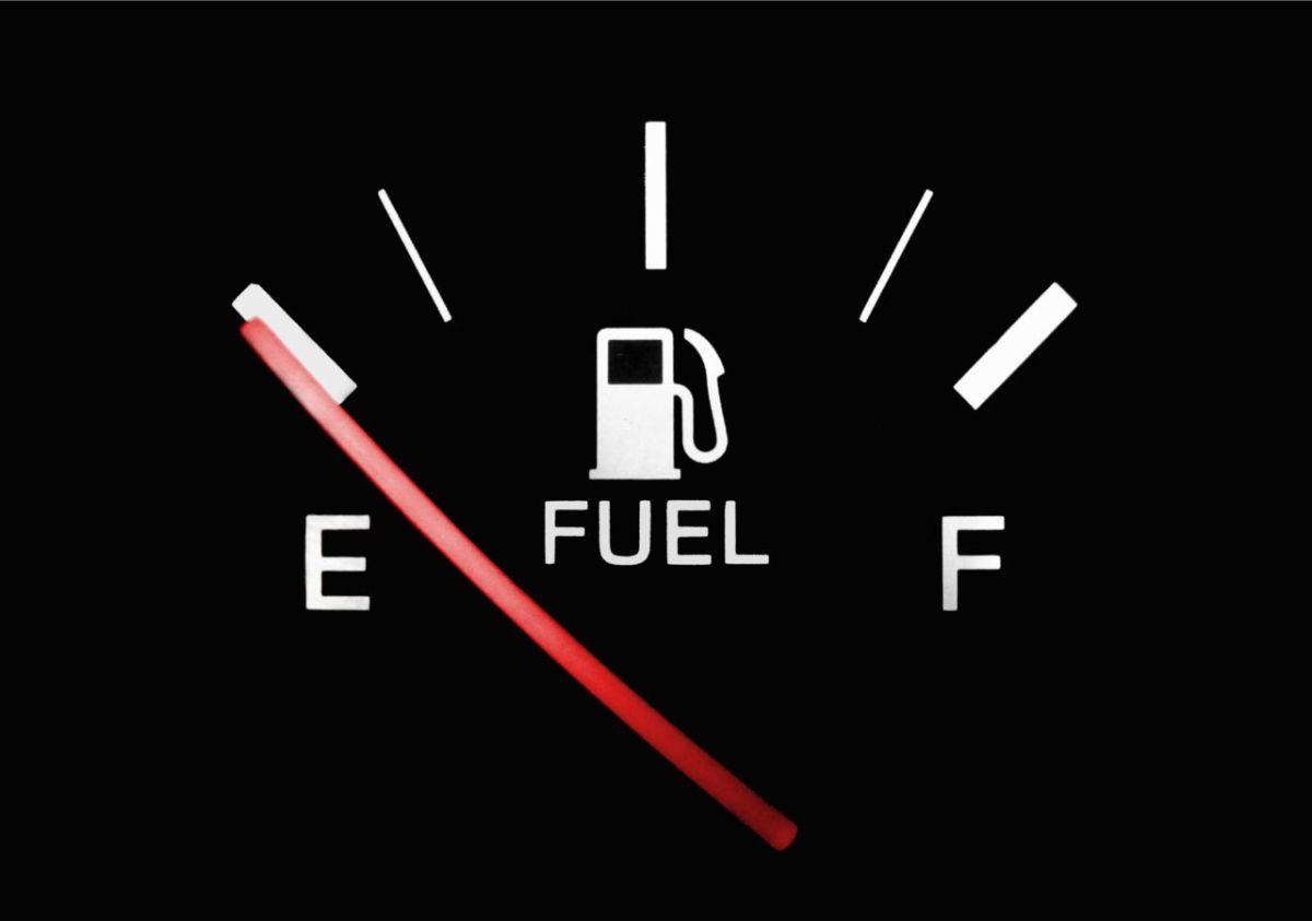 ¿Cómo afecta manejar con poca gasolina?