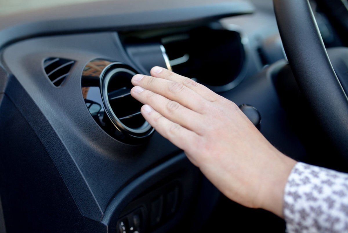 Cómo eliminar el olor a humedad que le deja al auto el aire acondicionado