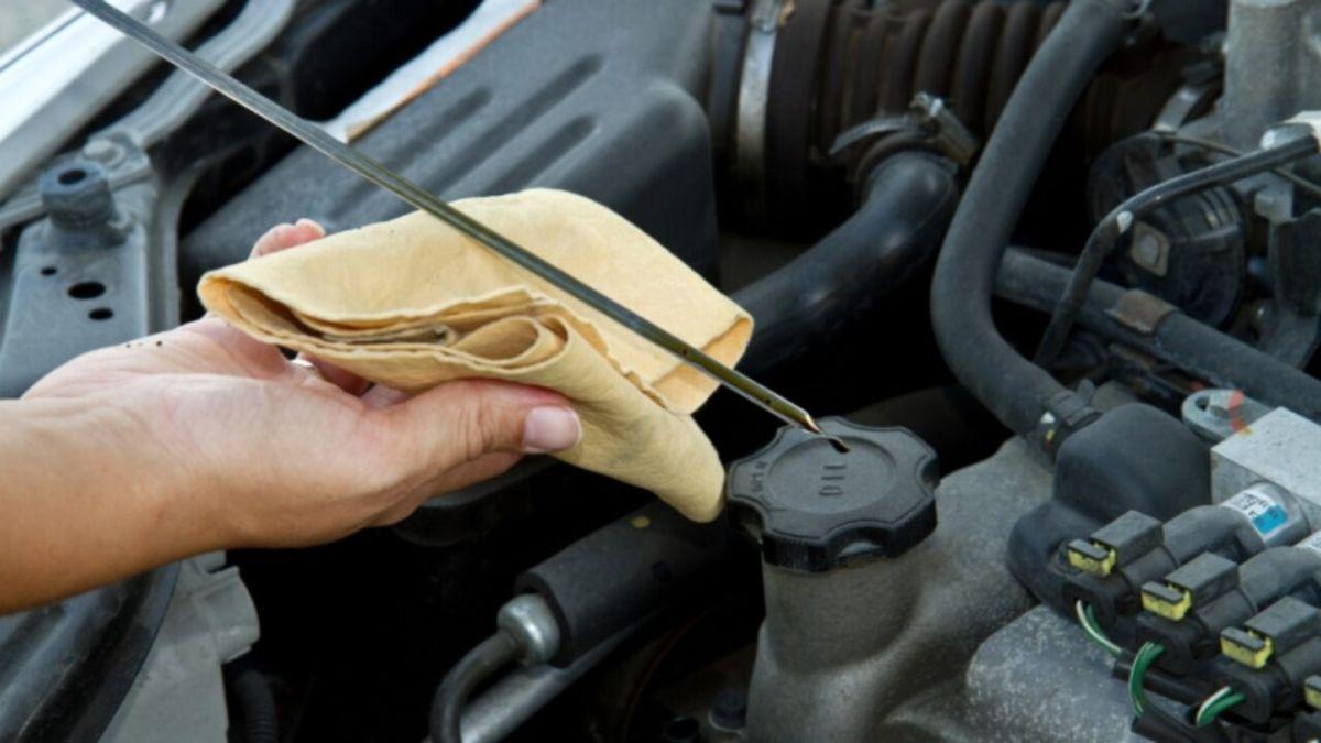 Aprende un truco para revisar rápidamente el aceite en tu auto tu mismo
