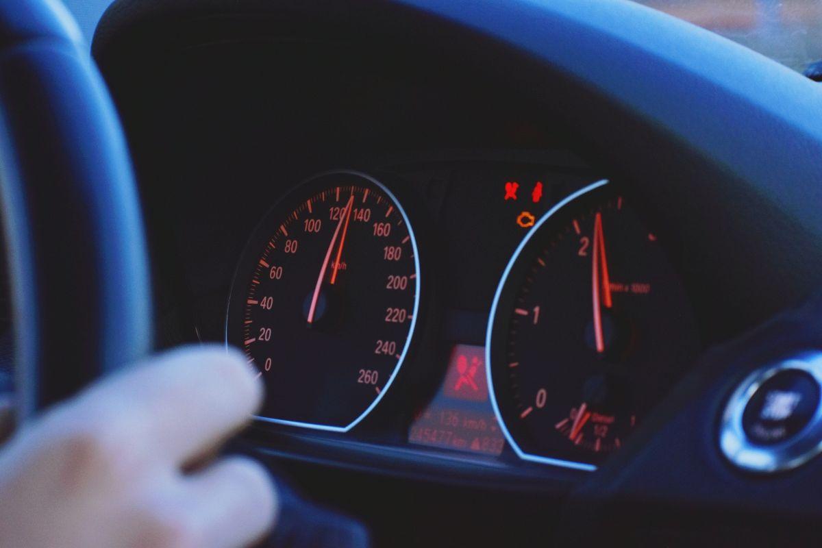 """Qué puede causar que se encienda la luz de """"check engine"""" en el auto"""