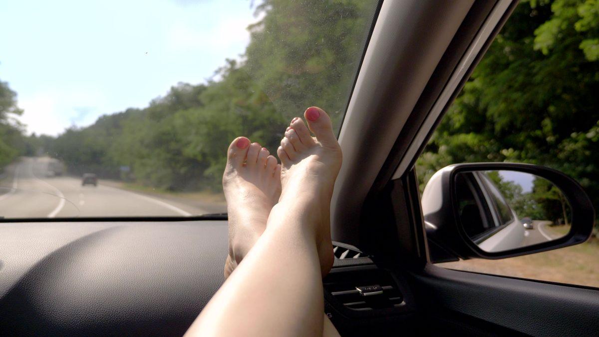 Cuáles son las consecuencias poco deseables de viajar con los pies sobre el salpicadero de tu auto