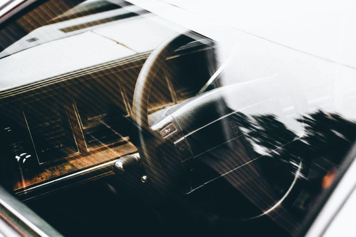 La mejor forma de limpiar los vidrios del auto para que queden impecables