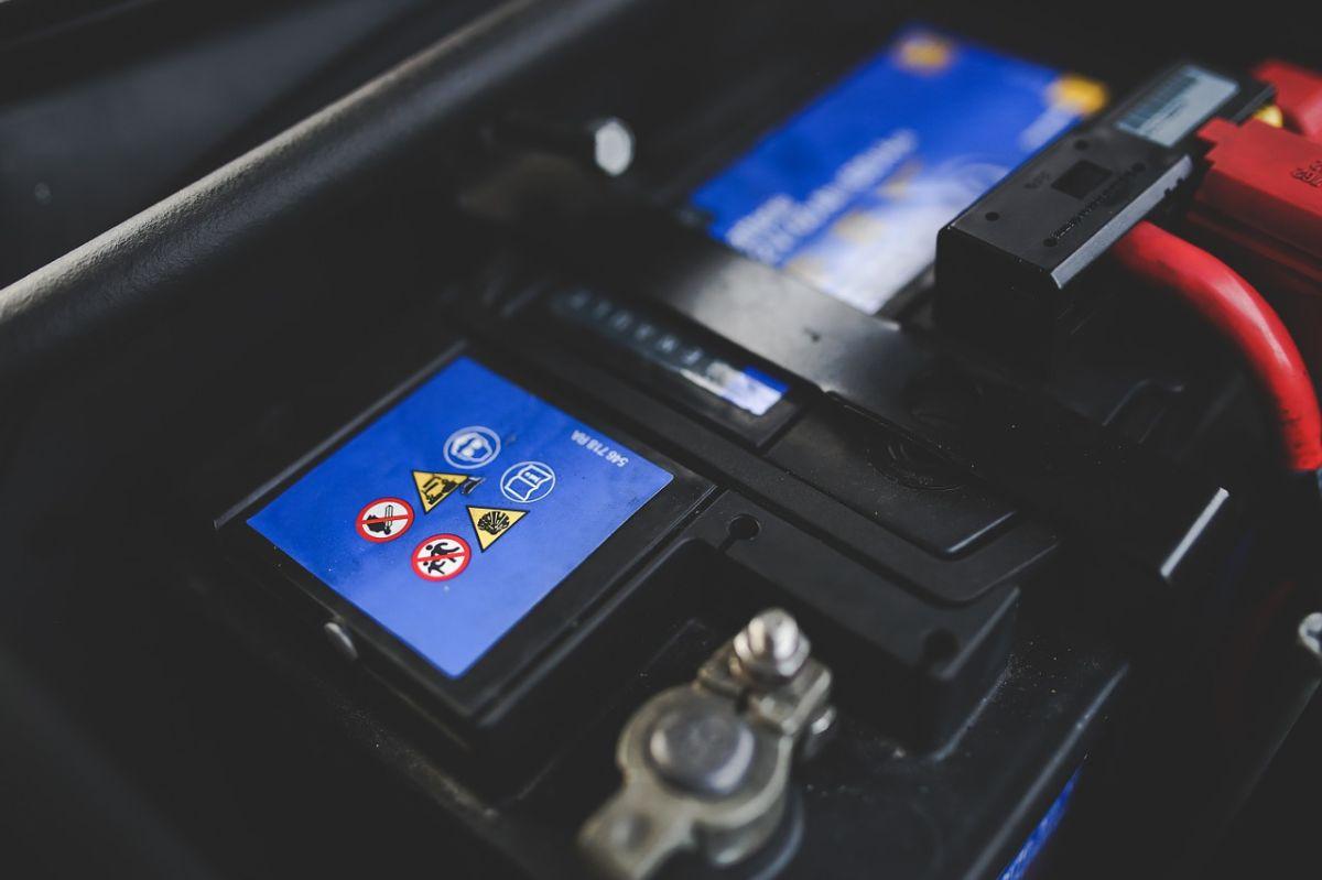 Cuál es el modo correcto de pasar corriente a la batería de un auto