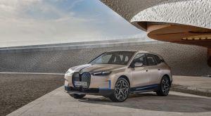 BMW iX, el nuevo SUV eléctrico de la firma, llega con los polémicos y gigantes riñones verticales