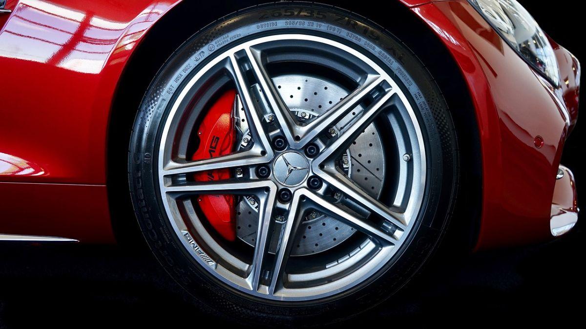 Así es como se cambian correctamente las balatas de los frenos en los automóviles