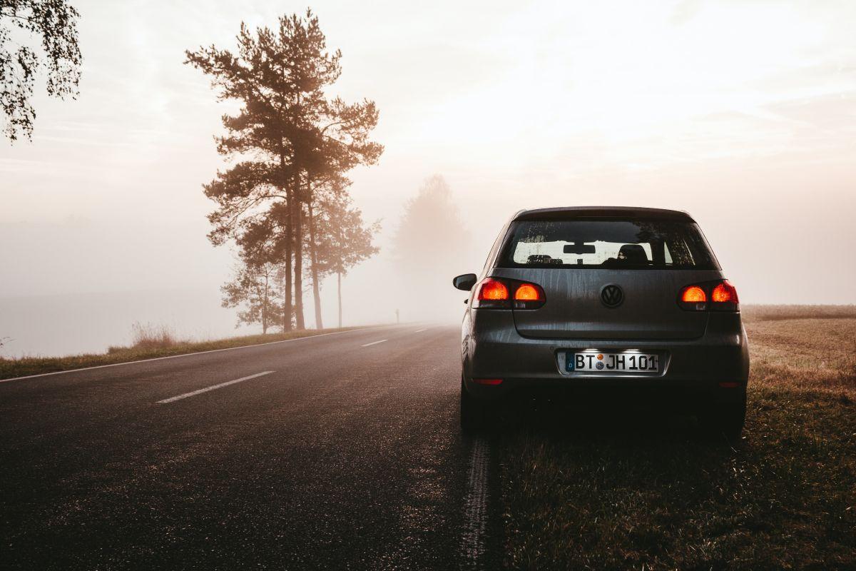 La niebla reduce la visibilidad del conductor.