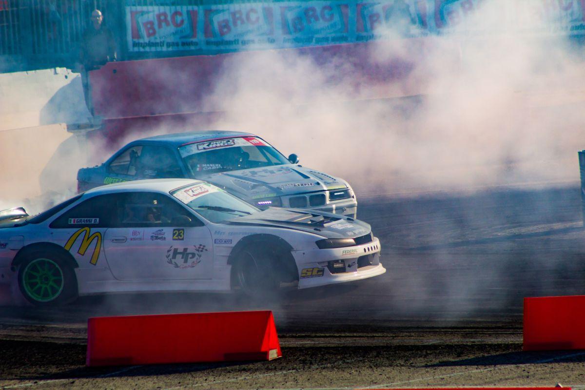Mira el Hoonicorn Mustang de Ken Block en una competencia de rendimiento contra el Donk Car más rápido del mundo