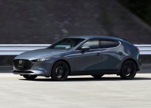 El Mazda 3 turbo se mide cara a cara con un VW Golf R y un Subaru WRX en una carrera de velocidad