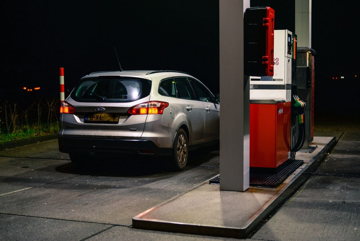Por qué debes tocar algo de metal cuando acudas a cargar gasolina para tu auto