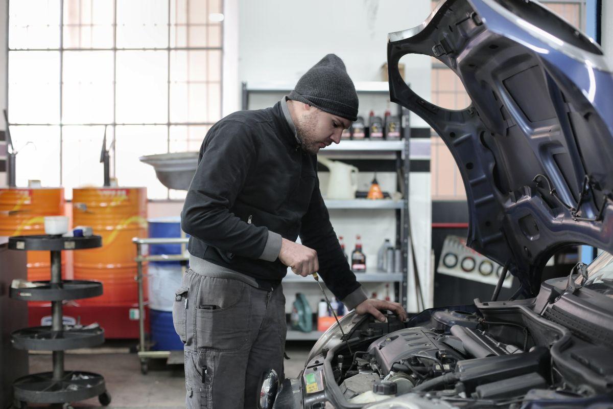 ¿Qué pasa si pones aceite de más en tu auto?