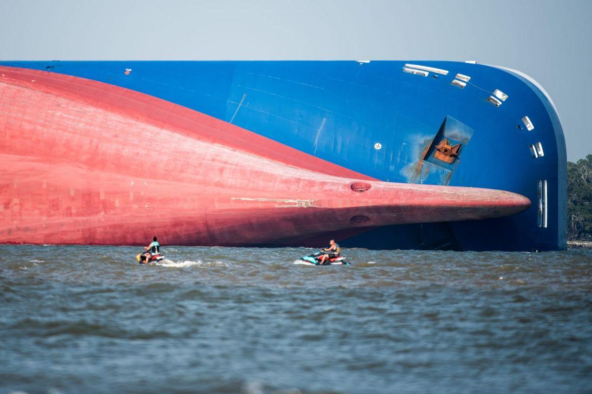 Miles de autos de Hyundai y KIA son atravesados por una cadena gigante a bordo de un barco hundido