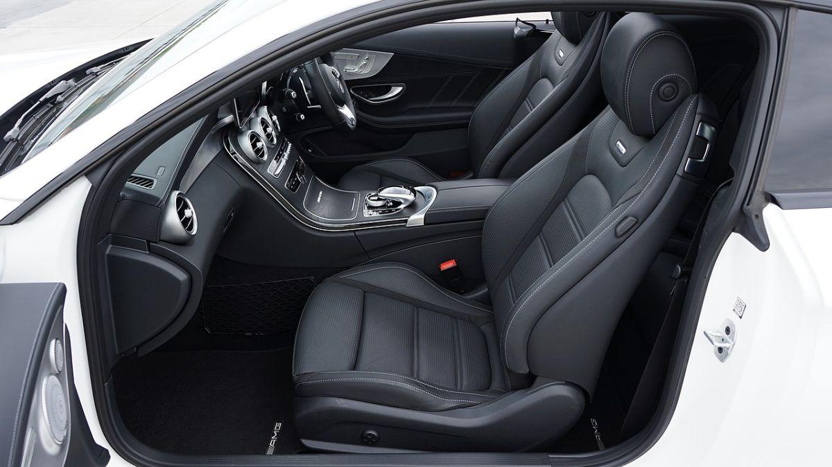 Ventajas de elegir cuero sintético para el interior de tu auto