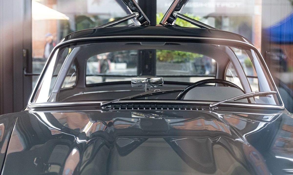 5 productos eficientes para limpiar los cristales de tu auto