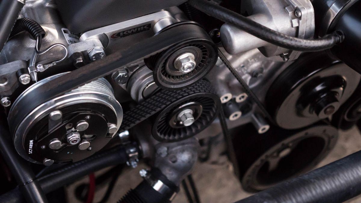 La función principal del soporte de motor es mantener la alineación del tren motriz.