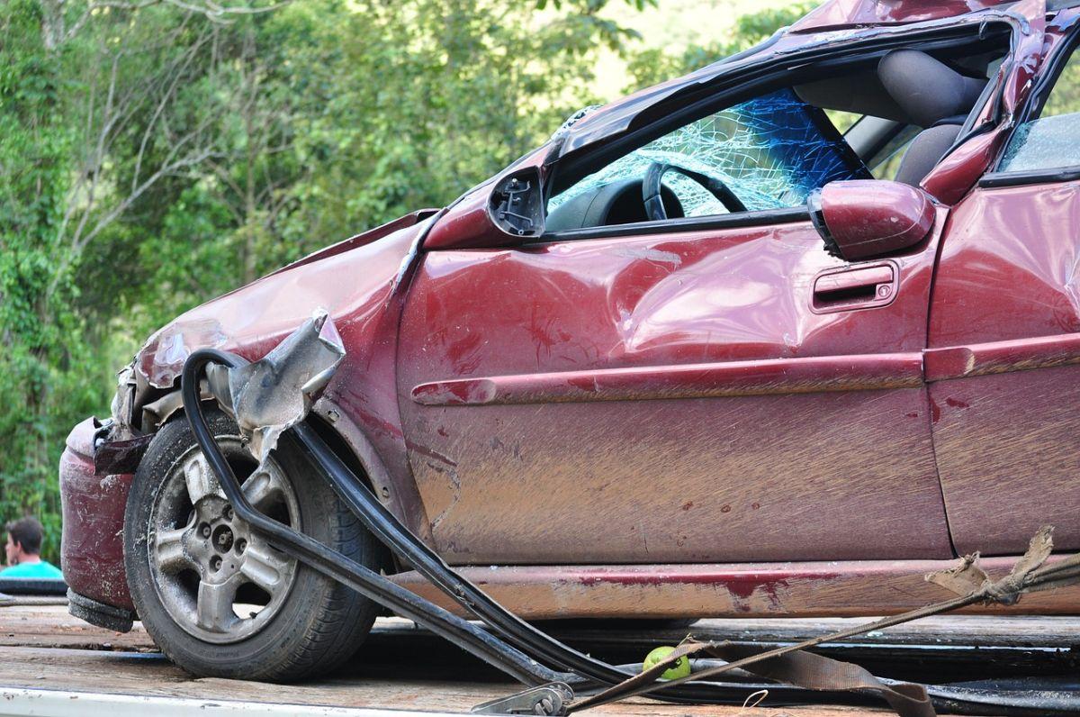 Este video muestra el peligro de llevar cosas sueltas en el auto si tienes un choque