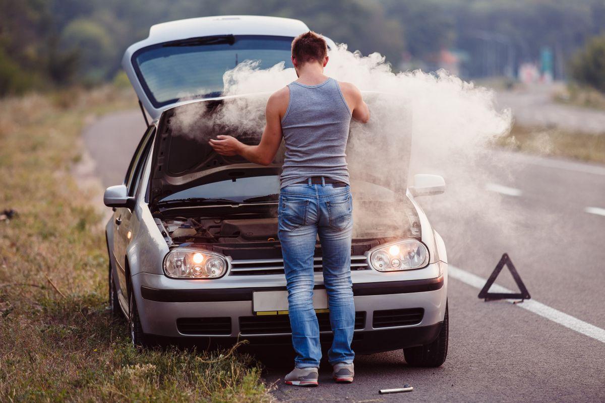 ¿Qué significan los diferentes colores de humo que tu auto puede arrojar?