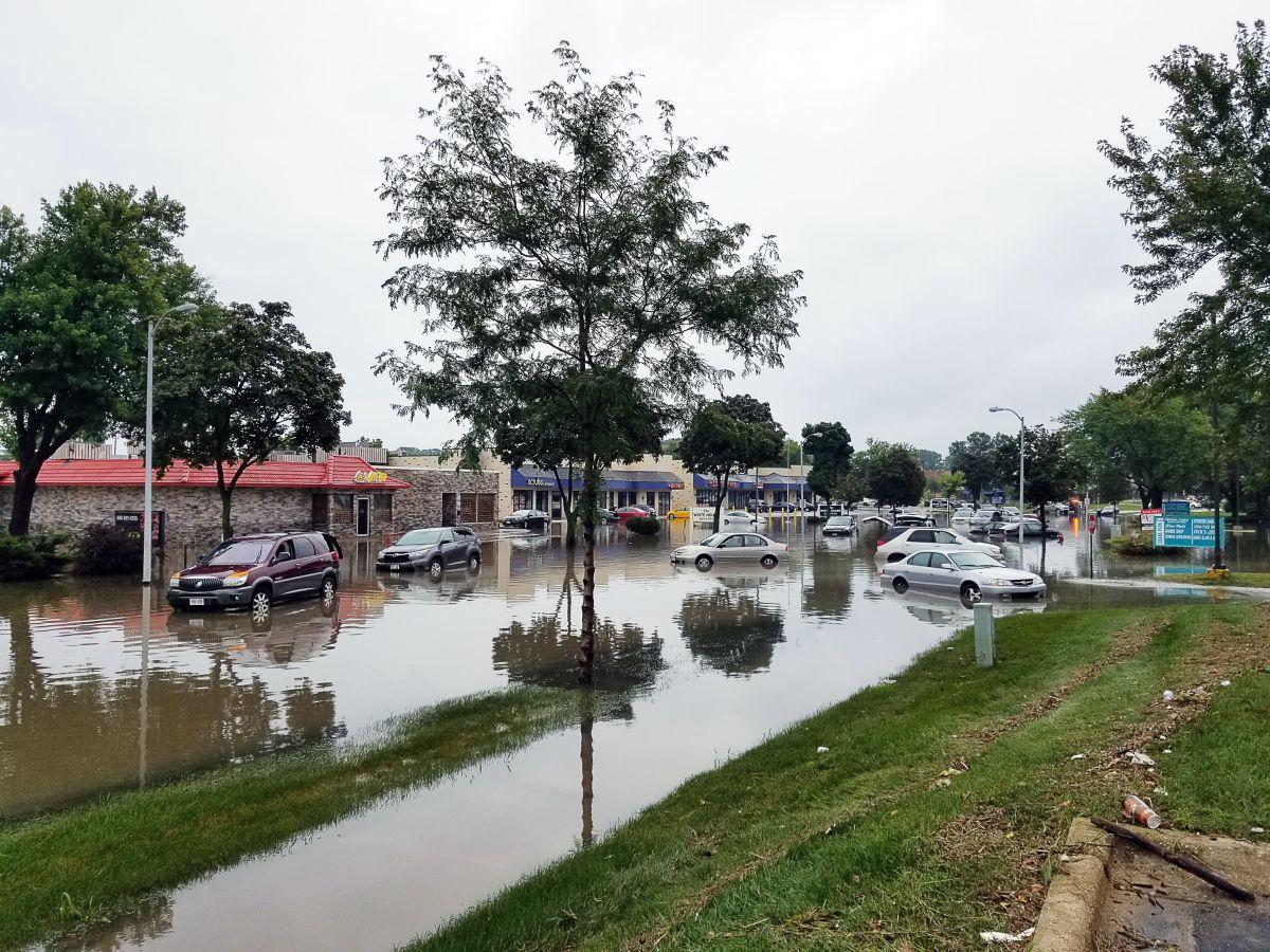 Qué errores de manejo no debes cometer al conducir en carreteras inundadas