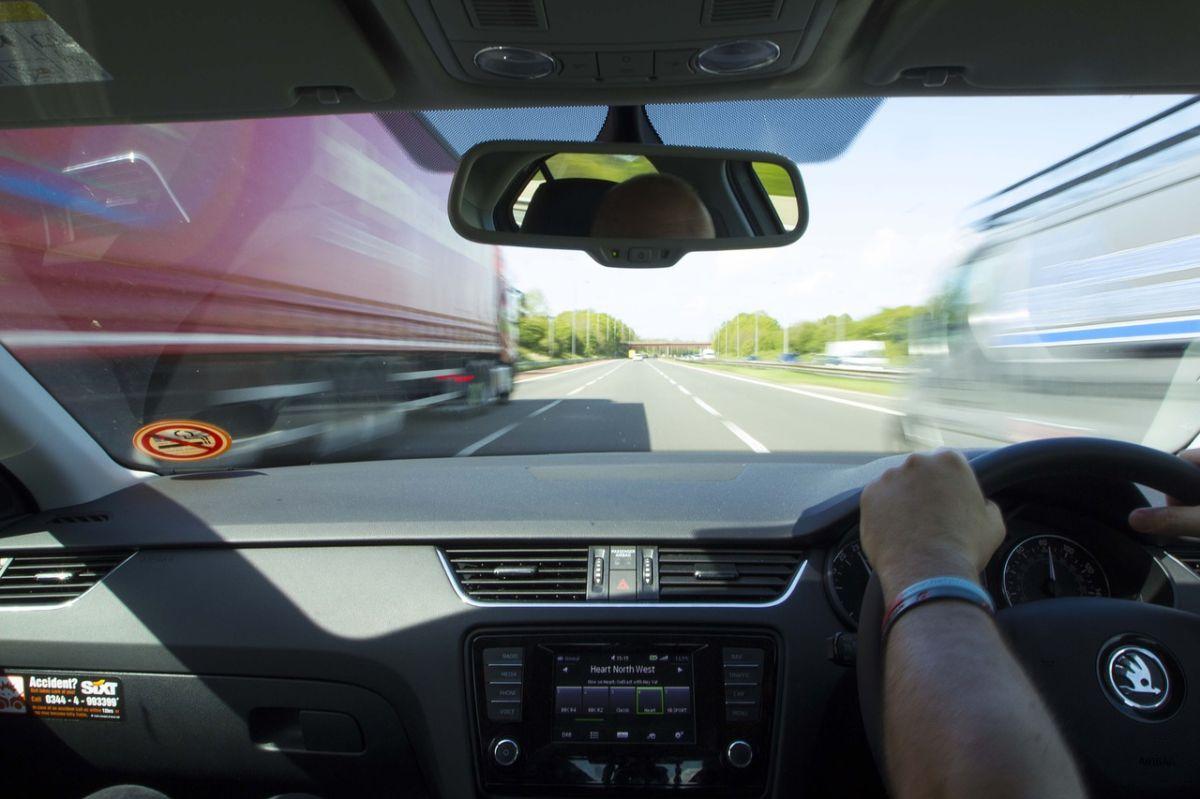 En video: ladrones roban un camión en pleno movimiento sobre la autopista al estilo Rápido y Furioso