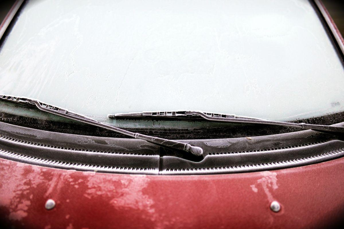 Aprende a quitar el hielo del parabrisas ¡Evita dañarlo!
