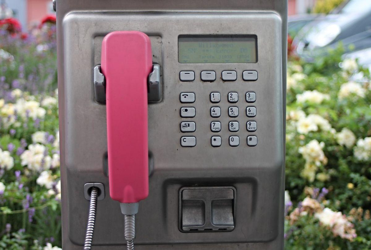 Irlanda convierte las viejas casetas telefónicas en cargadores de autos eléctricos