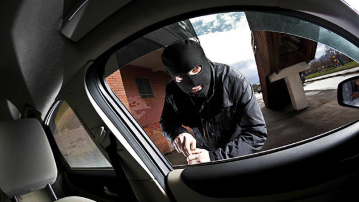 Presuntos ladrones de autos son detenidos por policías disfrazados de Santa Claus y un duende en California