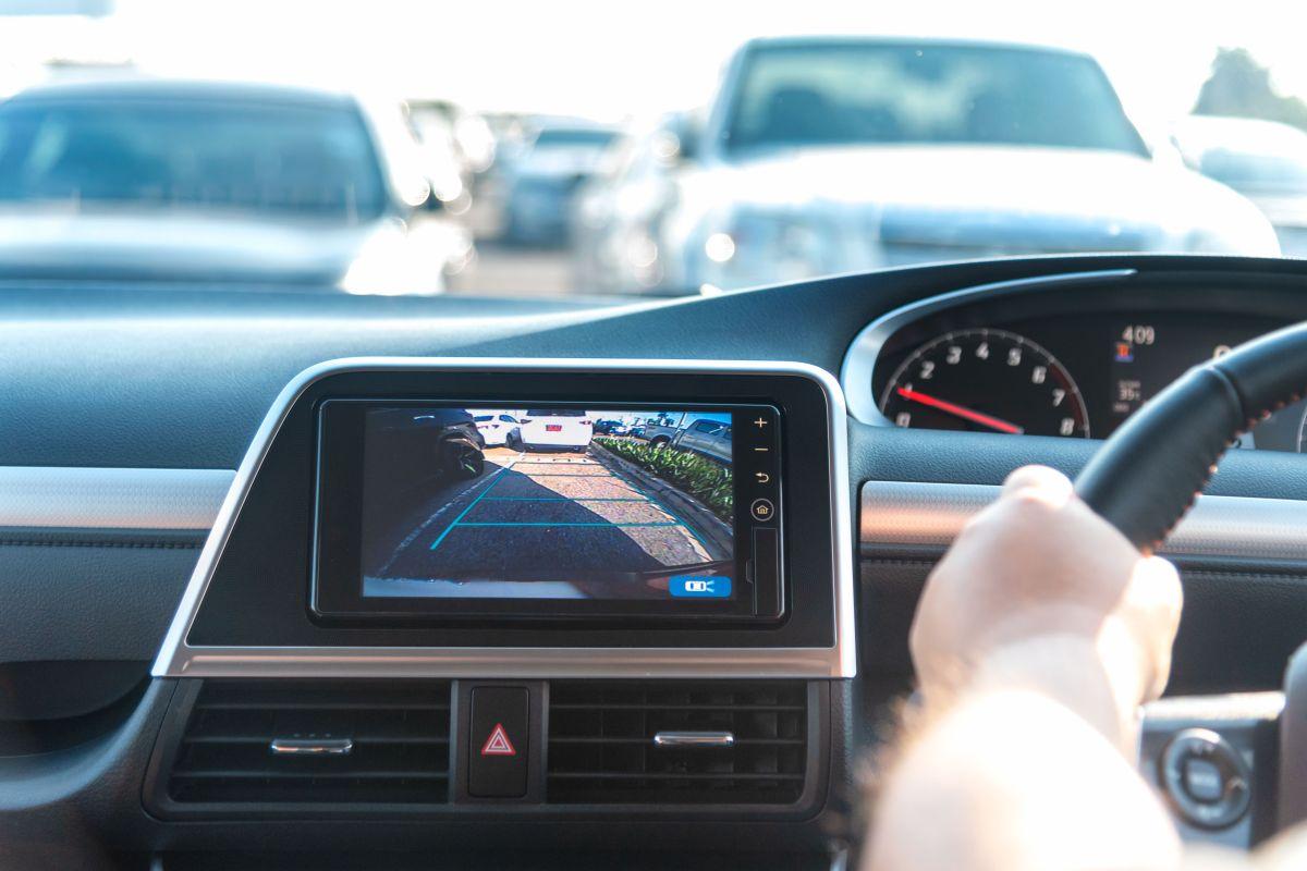 Las cámaras retrovisoras brindan mayor visibilidad trasera del auto y pueden evitar accidentes. / Foto: Shutterstock.
