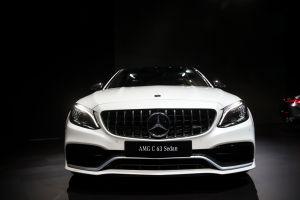 Un hombre intenta presumir su Mercedes AMG C63 y termina quemándolo