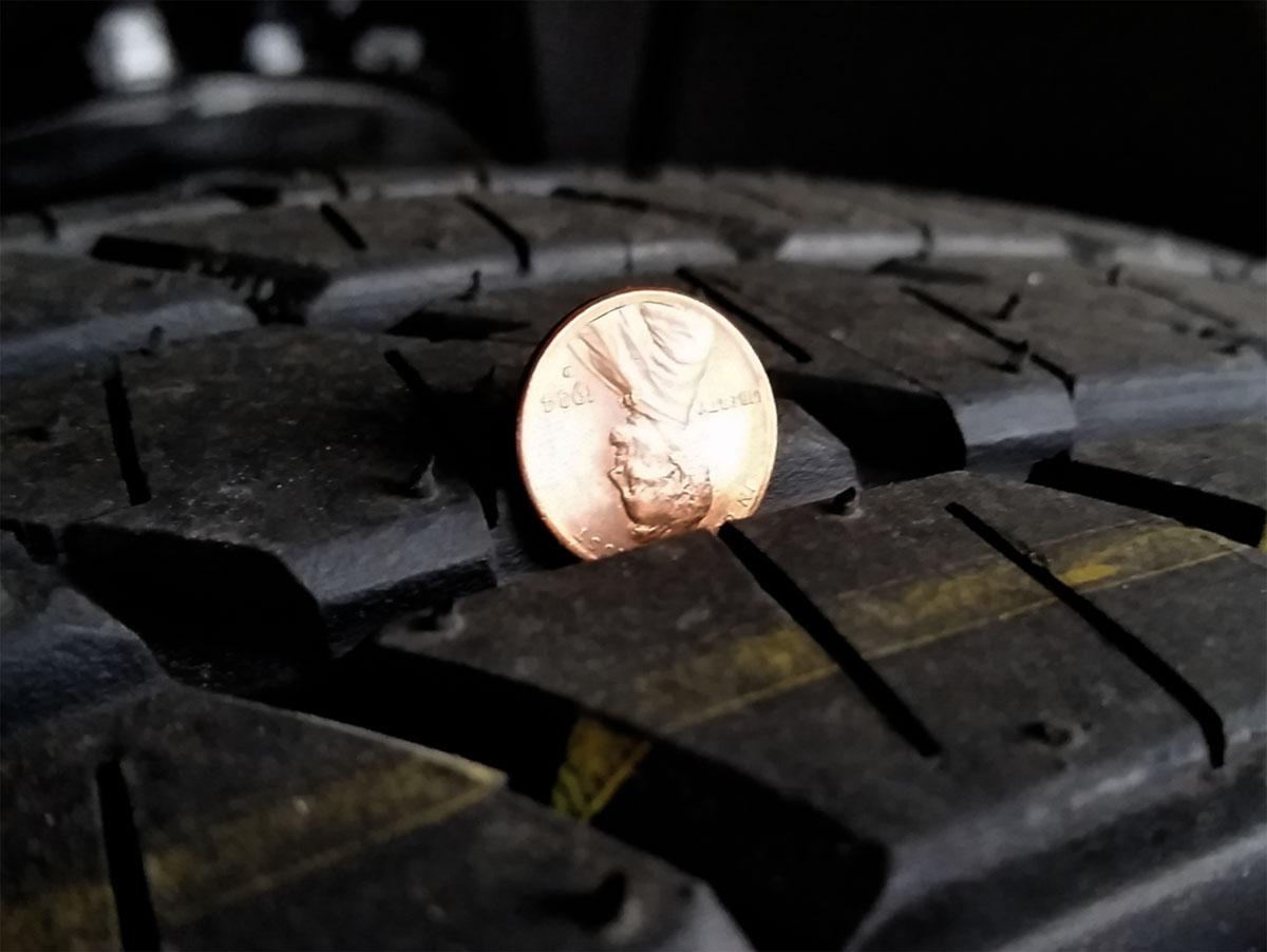 La prueba del centavo determinará la profundidad de la banda de rodadura de los neumáticos.