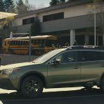 Un hombre conduce su Subaru Outback totalmente destrozado usando sólo un pequeño orificio para ver el camino
