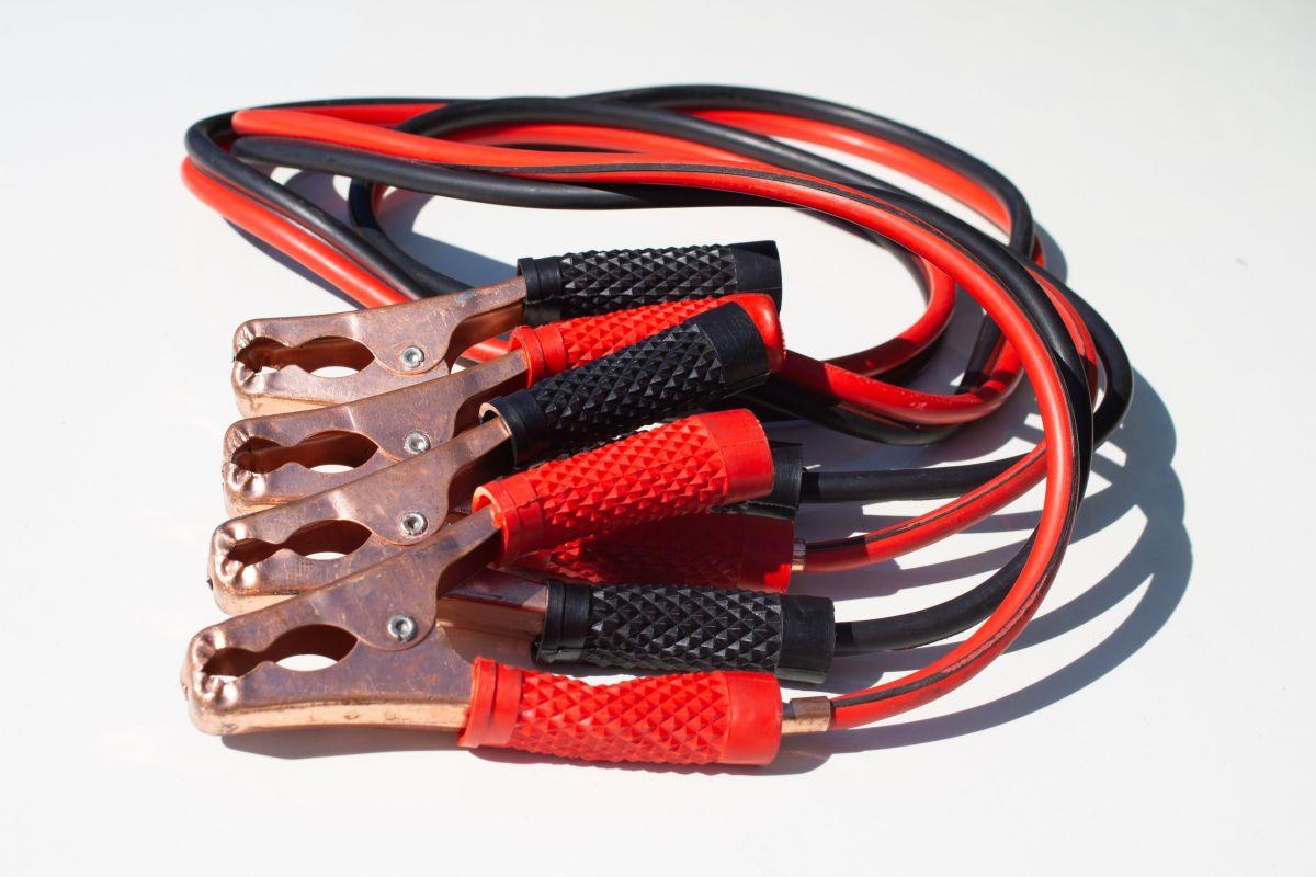 Cómo utilizar los cables pasa corriente cuando el auto se queda sin batería