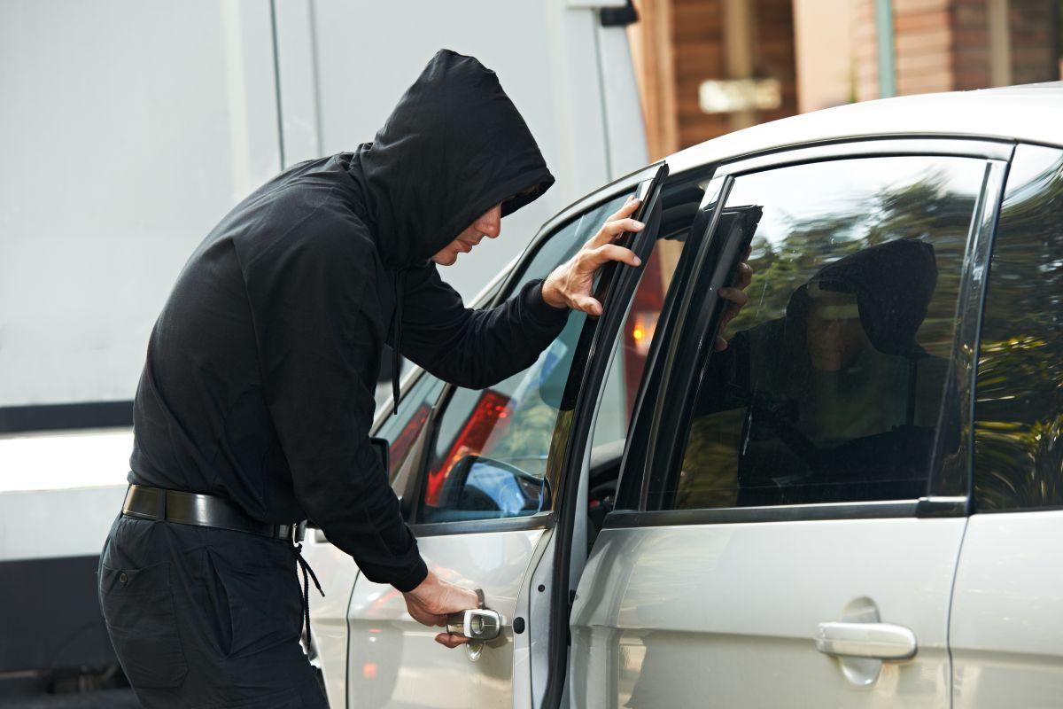 Un hombre regaña a mujer por dejar a su hijo en el interior del vehículo y… luego roba el auto
