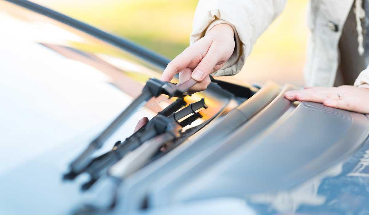 Cómo limpiar correctamente el interior del parabrisas de tu auto