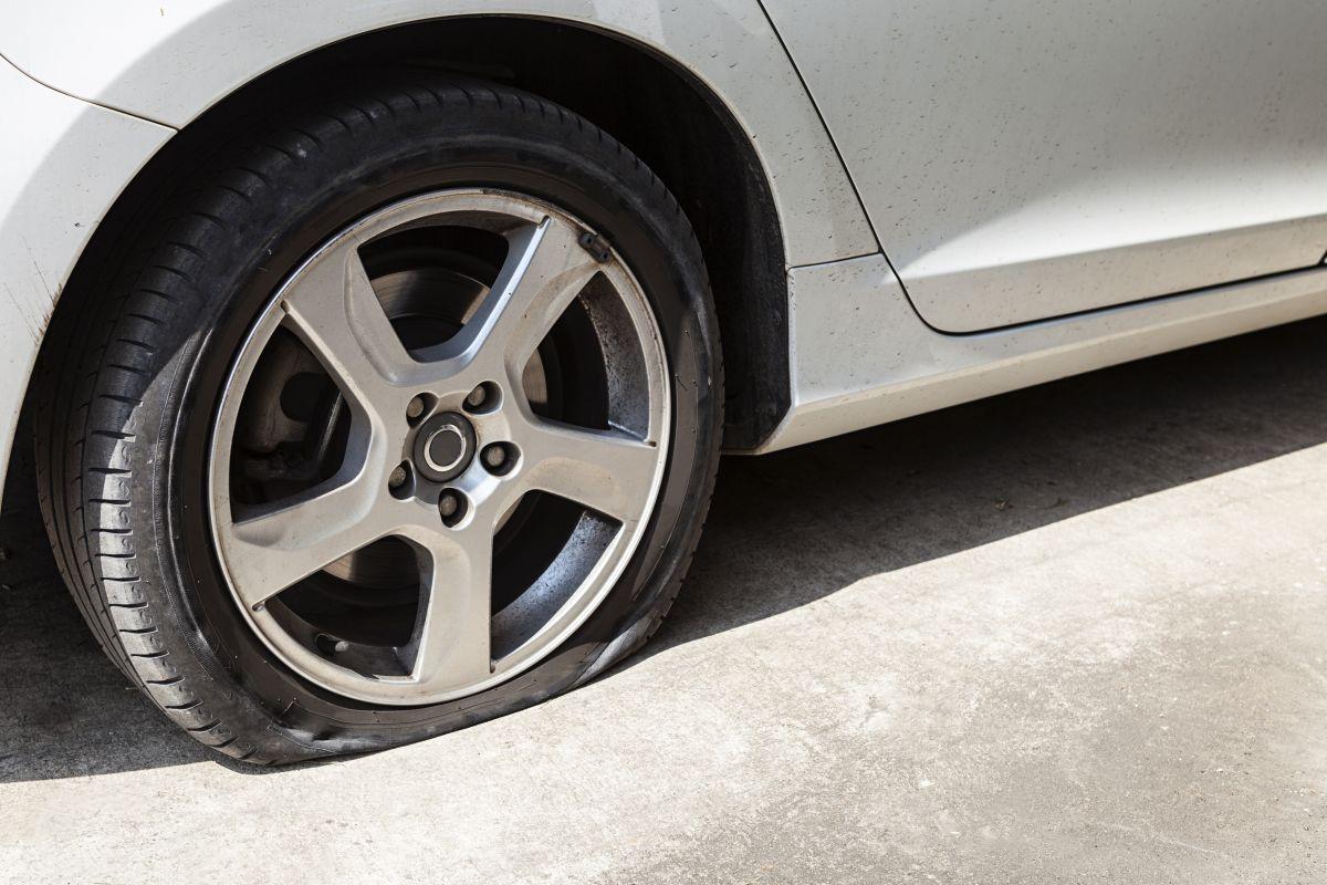 Rodar tu auto con una llanta picada podría generar serios problemas en el rin del vehículo y resultar más costoso de reparar.