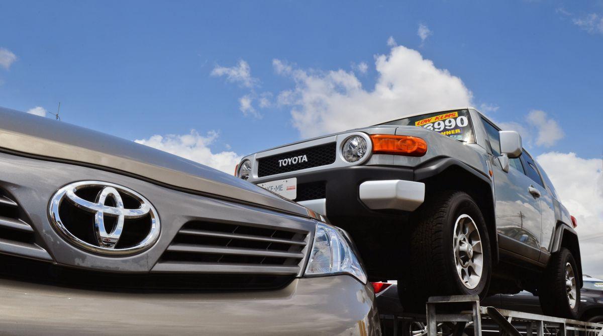La calcomanía Monroney suele estar en las ventanas de los autos nuevos disponibles a la venta.