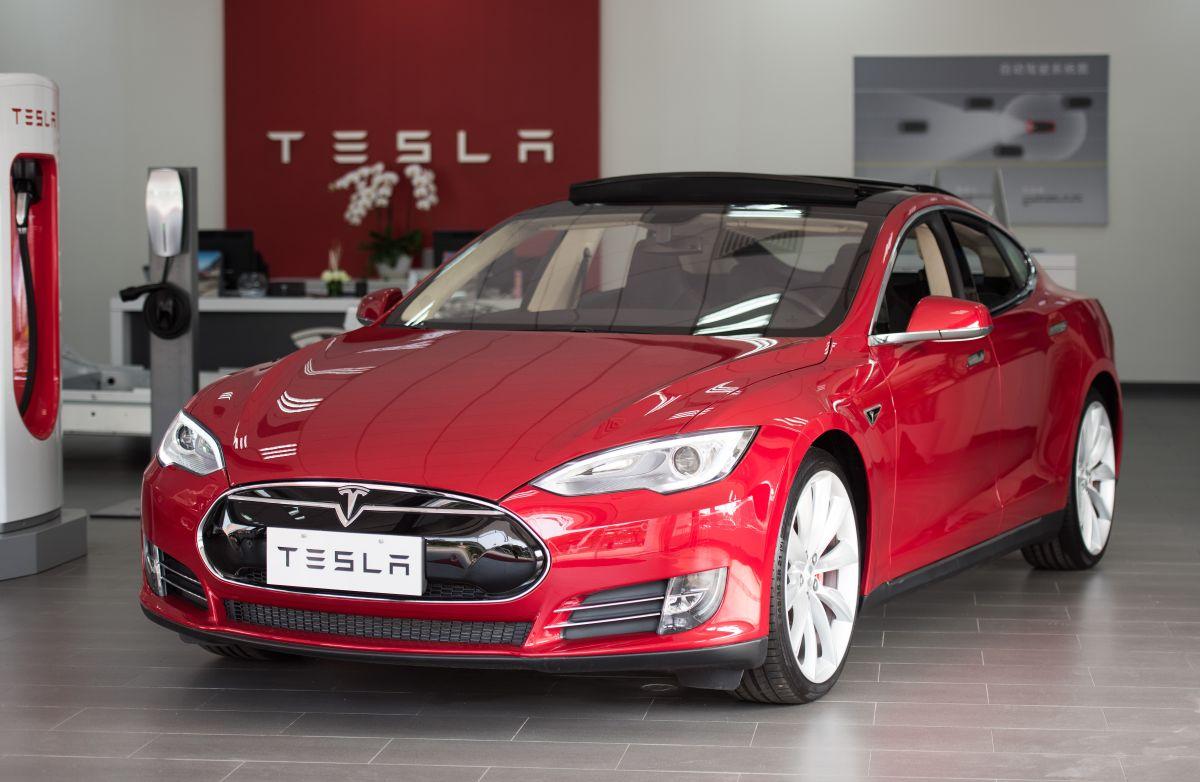 En medio del Auto Show de Shangai, una mujer protestó por problemas en los frenos de su Tesla