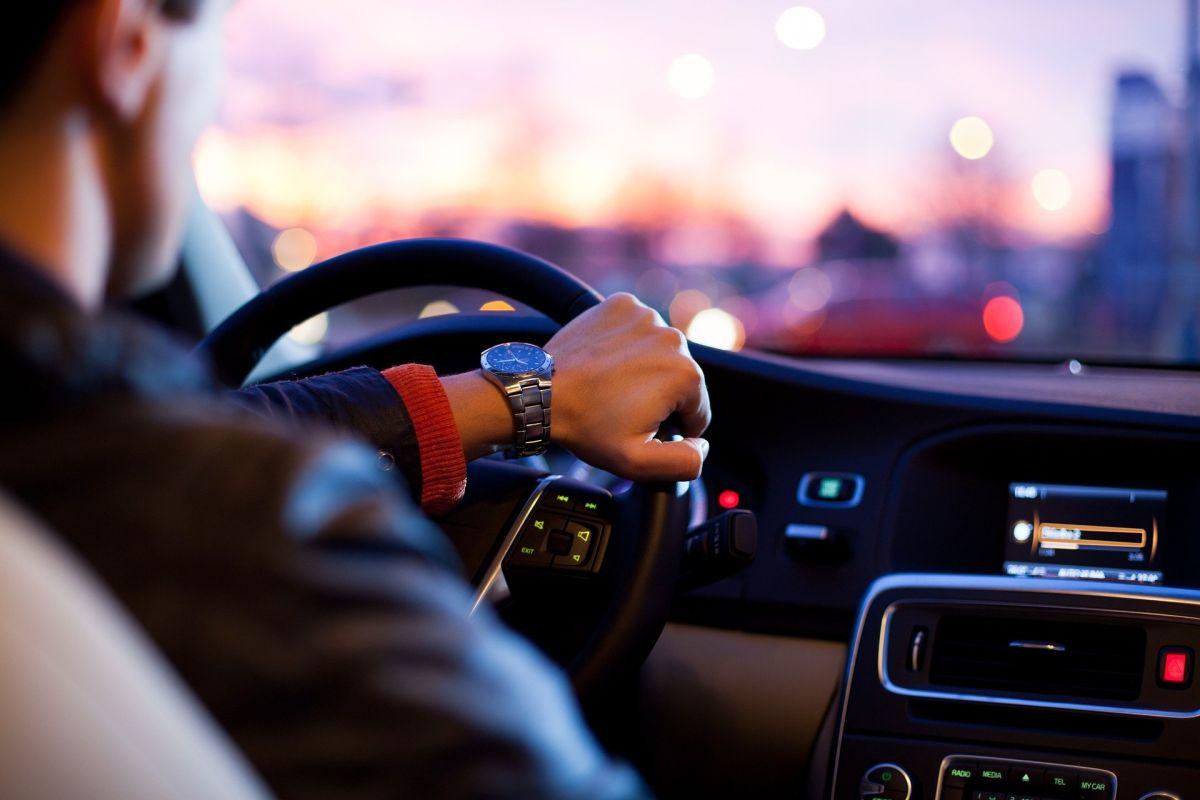 Qué medidas de seguridad son indispensables al manejar para evitar accidentes y atropellos a transeúntes