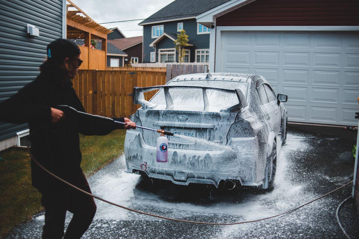 ¿Cómo lavar tu auto para que quede impecable?