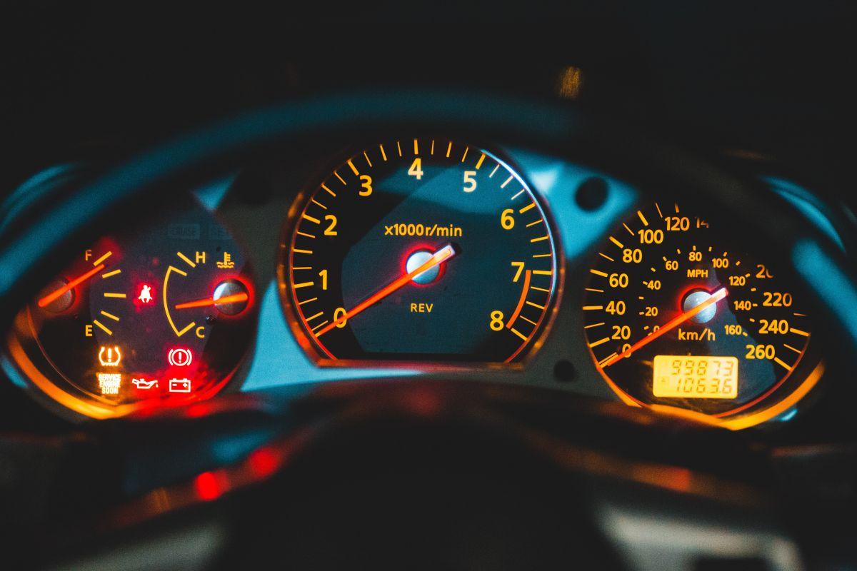 ¿Por qué se enciende la luz de aceite en el tablero del auto?