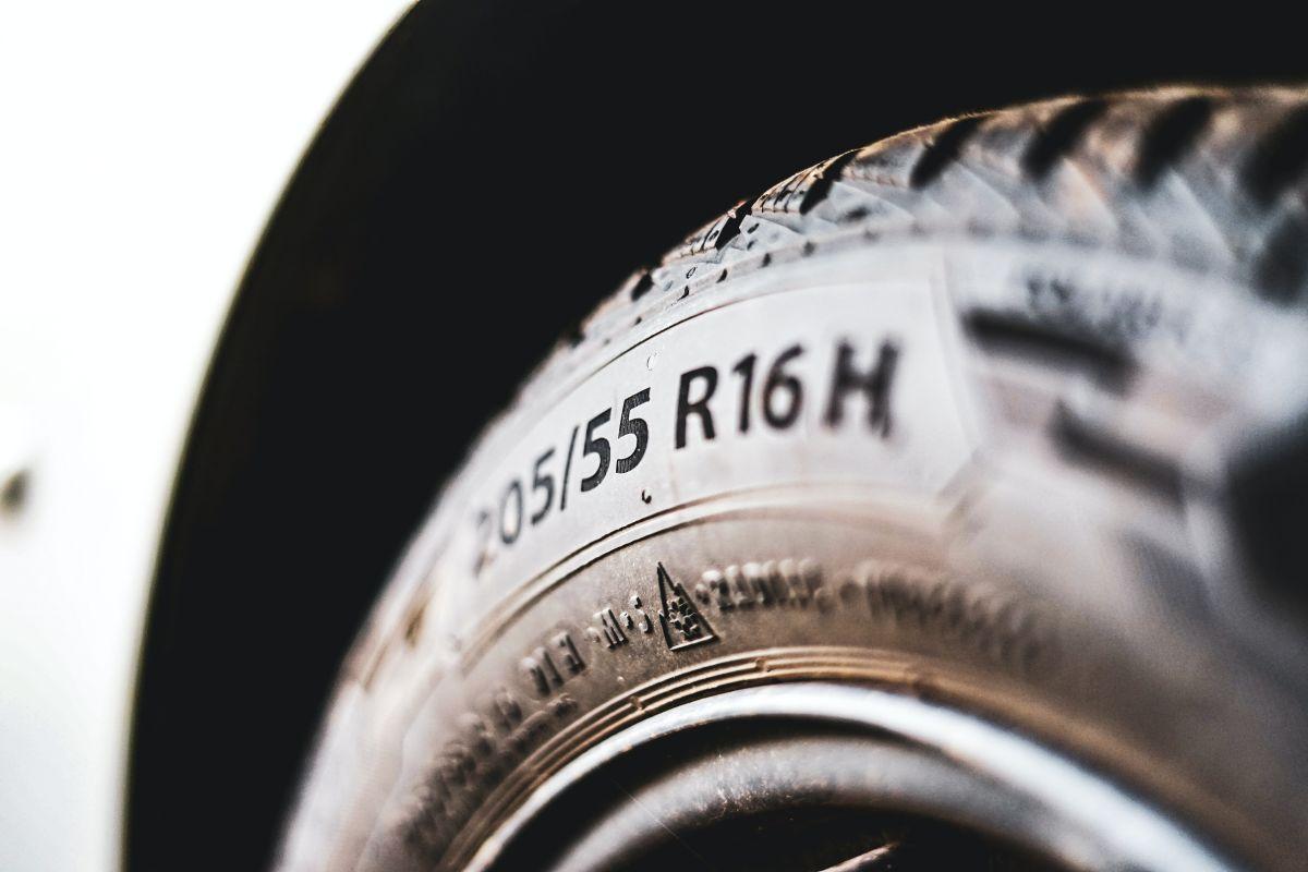 Lista para verificar que tus neumáticos están en condiciones óptimas para salir de viaje