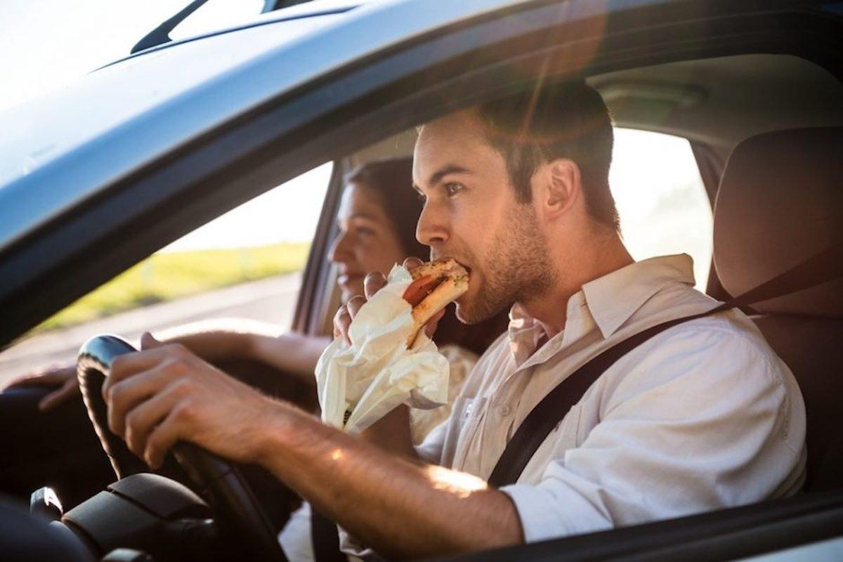 Por qué es malo para tu auto y tu salud dejar alimentos en su interior