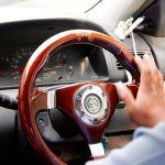 Qué provoca que la dirección de tu auto rechine cada que giras el volante