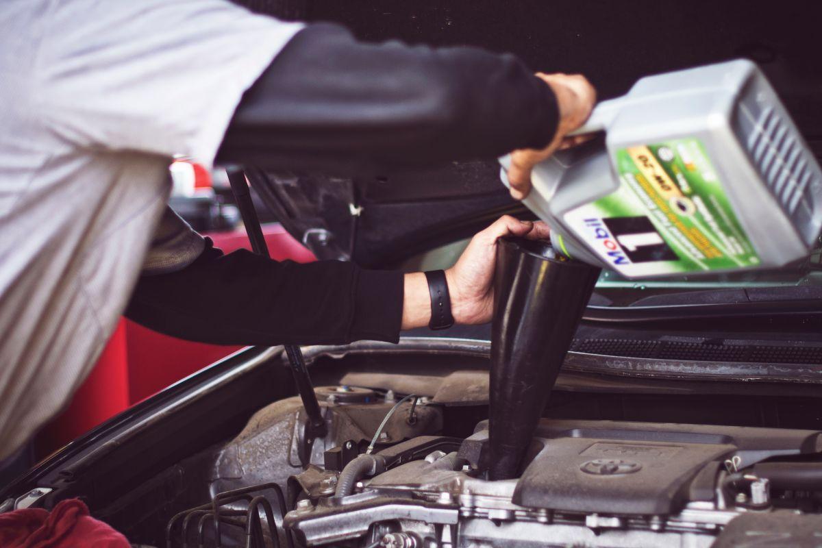 ¿Cuál es la diferencia entre el aceite de motor regular y el sintético?