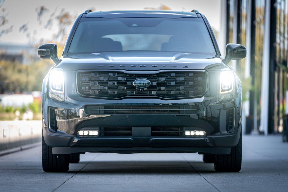 El Kia Telluride tiene una ventaja sobre el Dodge Durango en las funciones de seguridad avanzadas recomendadas.