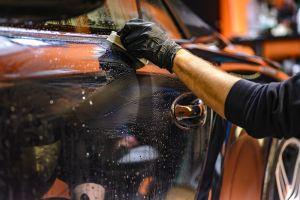 Qué es un tratamiento de barra de arcilla y cómo puede ayudar a tu auto a lucir impecable