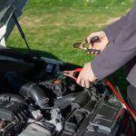 Los riesgos de cargar la batería del auto con 'jump cables'