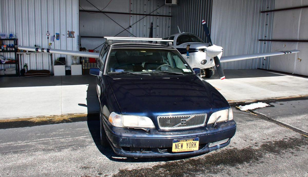 """¿Un Volvo de 1990 por $20 millones de dólares? Es que su placa personalizada dice """"New York"""""""