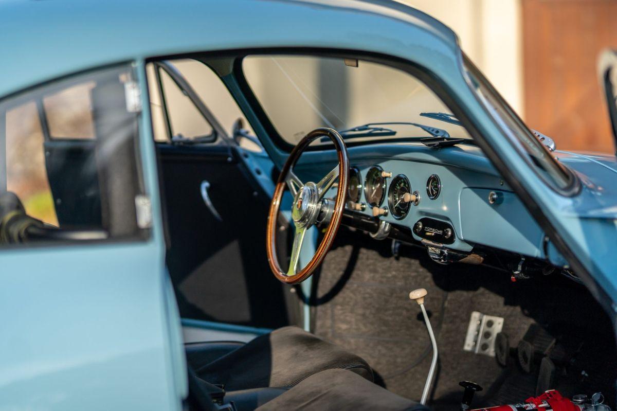 Vista interior del Porsche 1959 coupé modificado